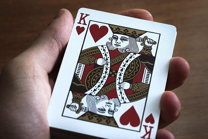 Карточный король в руках